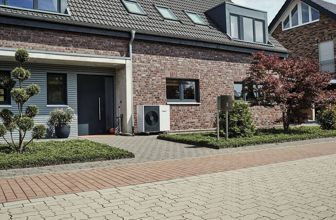 //www.vaillant.nl/media-master/global-media/vaillant/product-pictures/outdoor-shooting-arotherm-2018-v2/people18-45511-01-1441223-format-flex-height@690@desktop.jpg