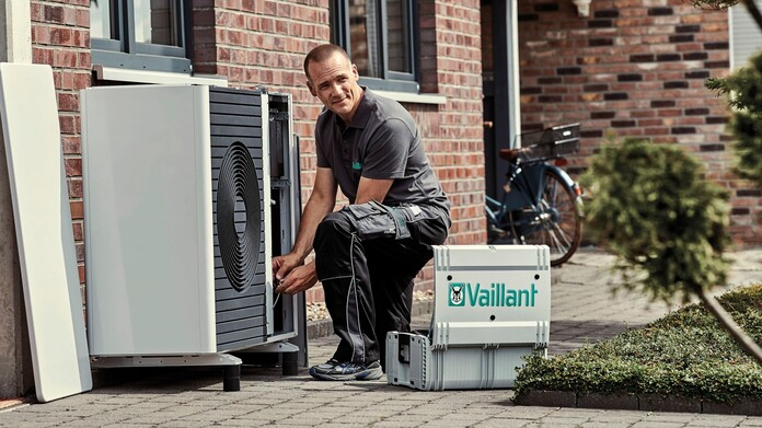 //www.vaillant.nl/media-master/global-media/vaillant/product-pictures/outdoor-shooting-arotherm-2018-v2/people18-45526-01-1441238-format-16-9@696@desktop.jpg